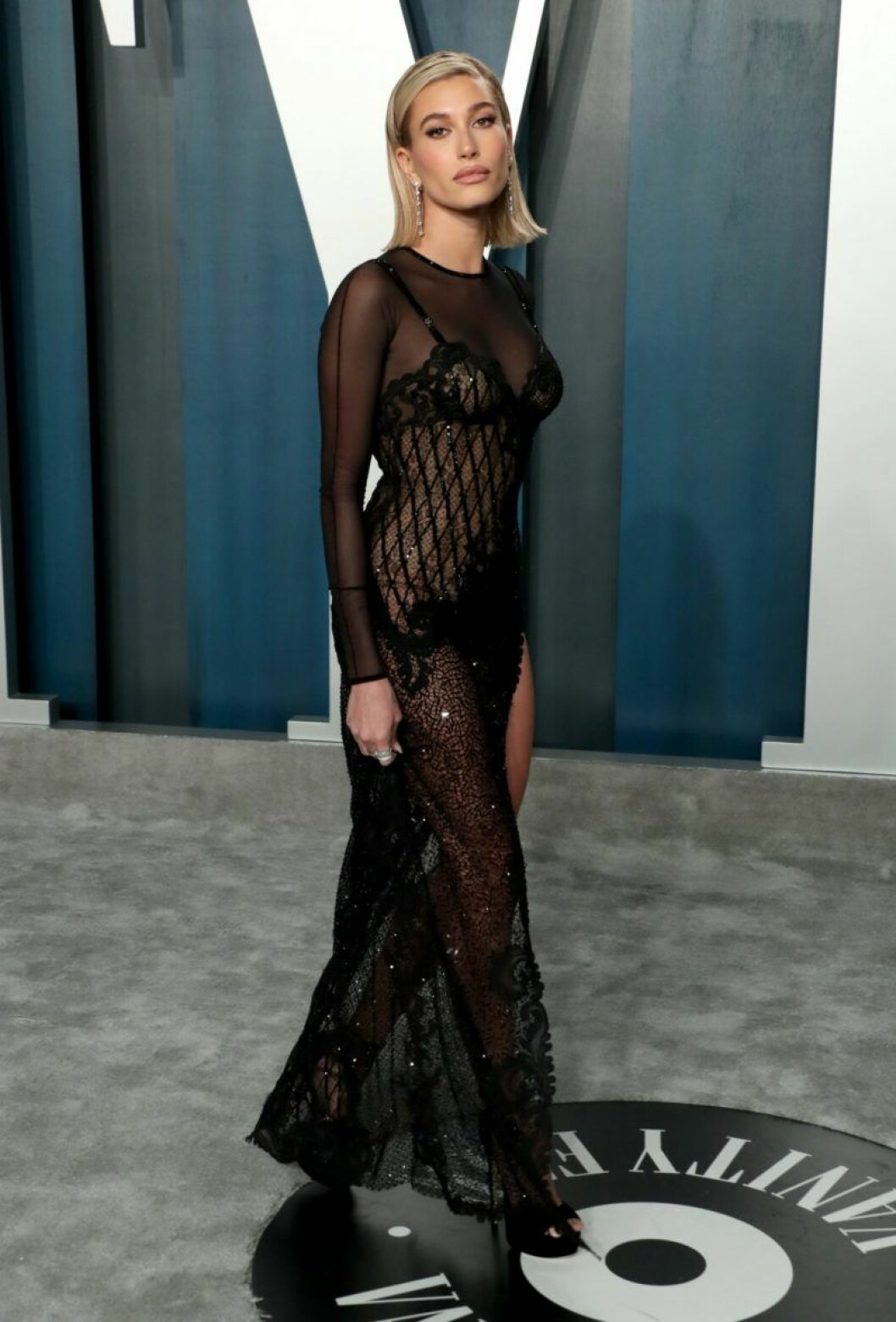 Hailey Bieber I svart klänning