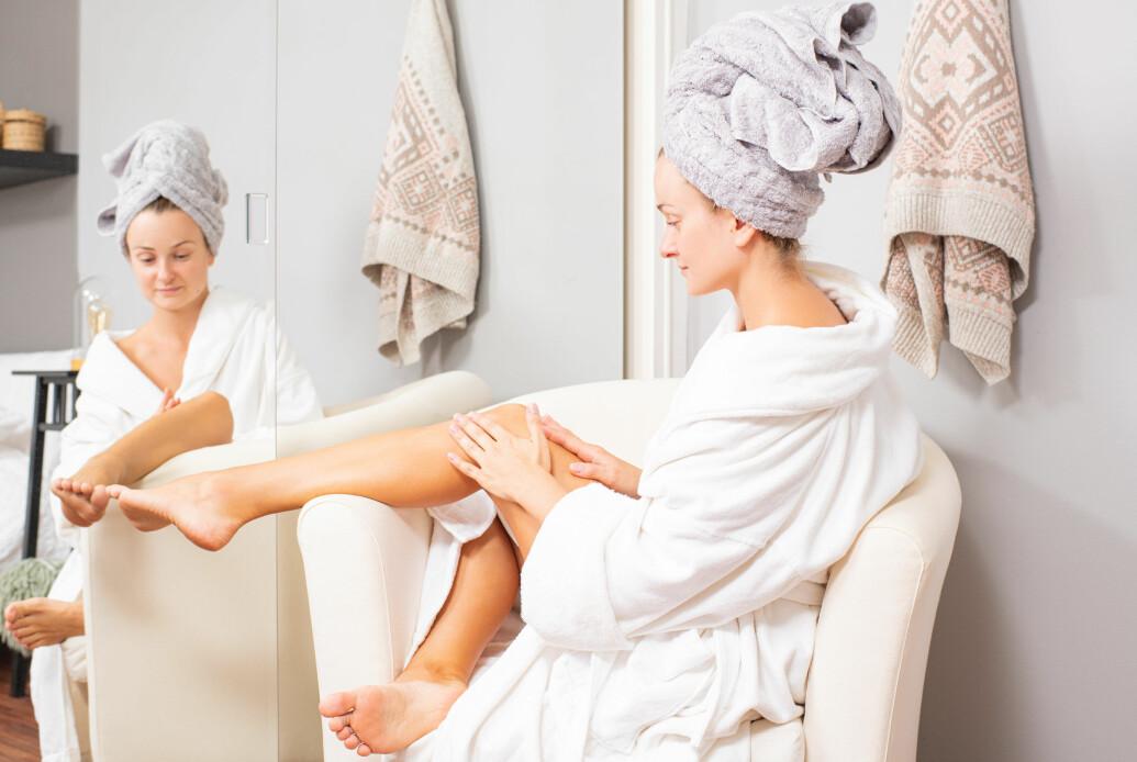 kvinna som tar bort hår i badrummet