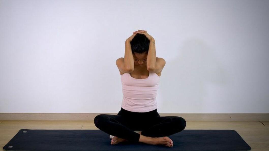 Johanna Ljunggren gör yogapositionen Hakan mot bröstet