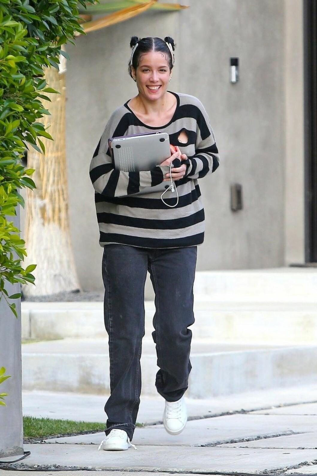 Halsey i jeans och stor tröja osminkad