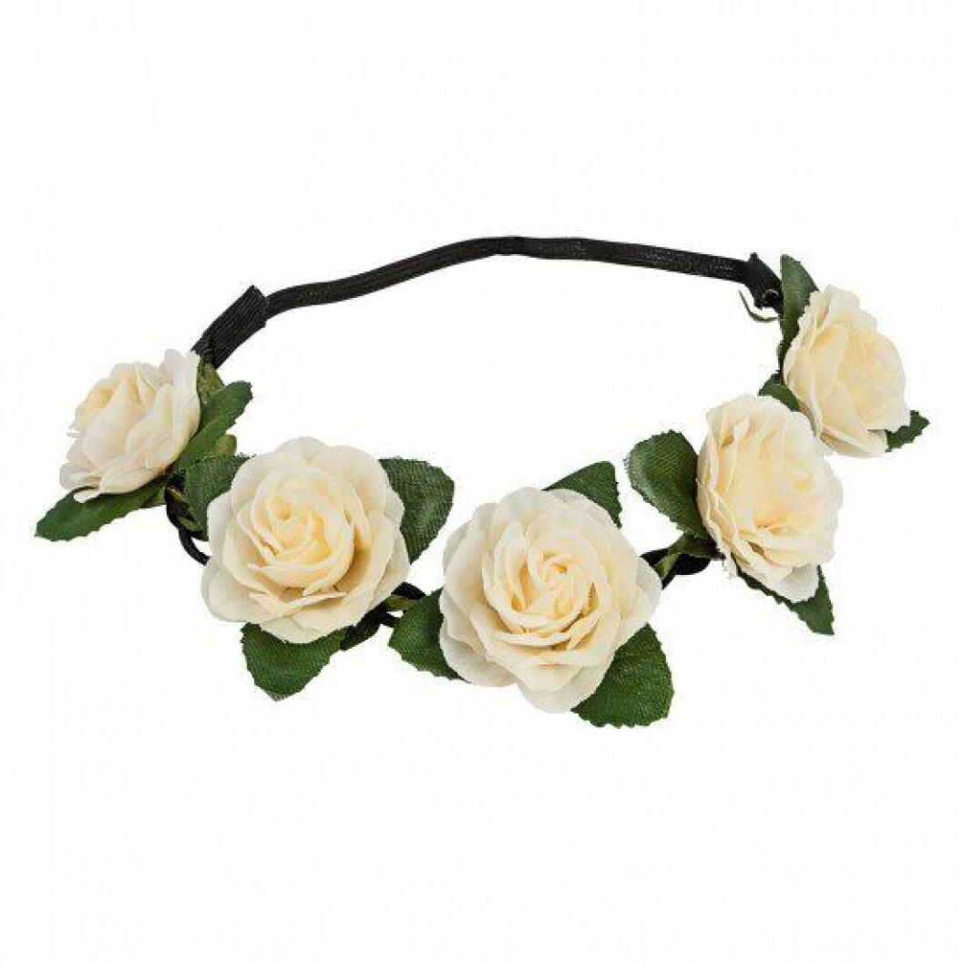 Hårband med vita blommor.