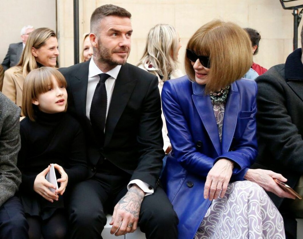 Harper Beckham, David Beckham, Anna Wintour sitter på stolar