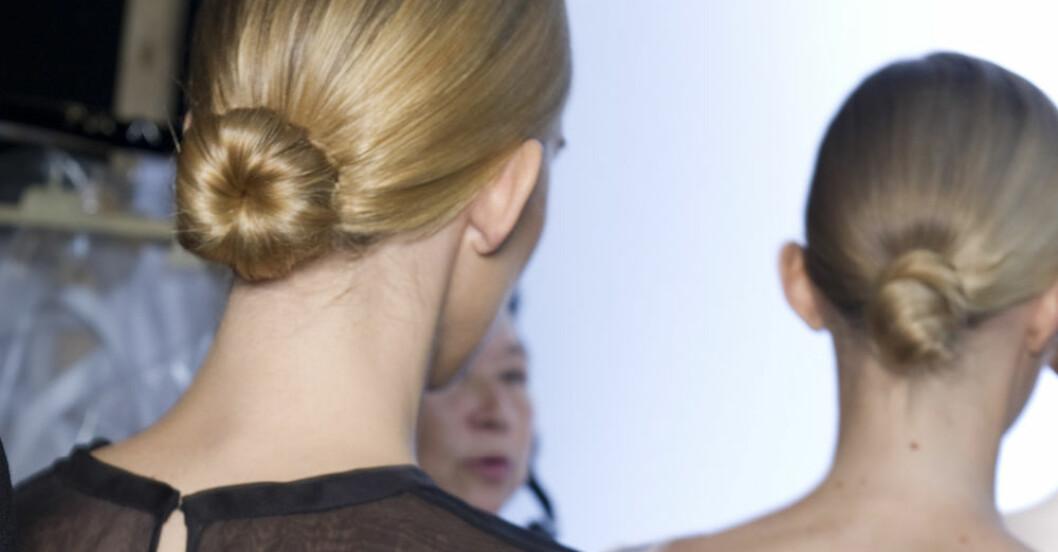 Kvinnor med knut i håret på catwalken