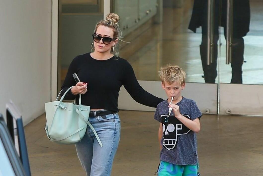 Hilary Duff tillsammans med sin son