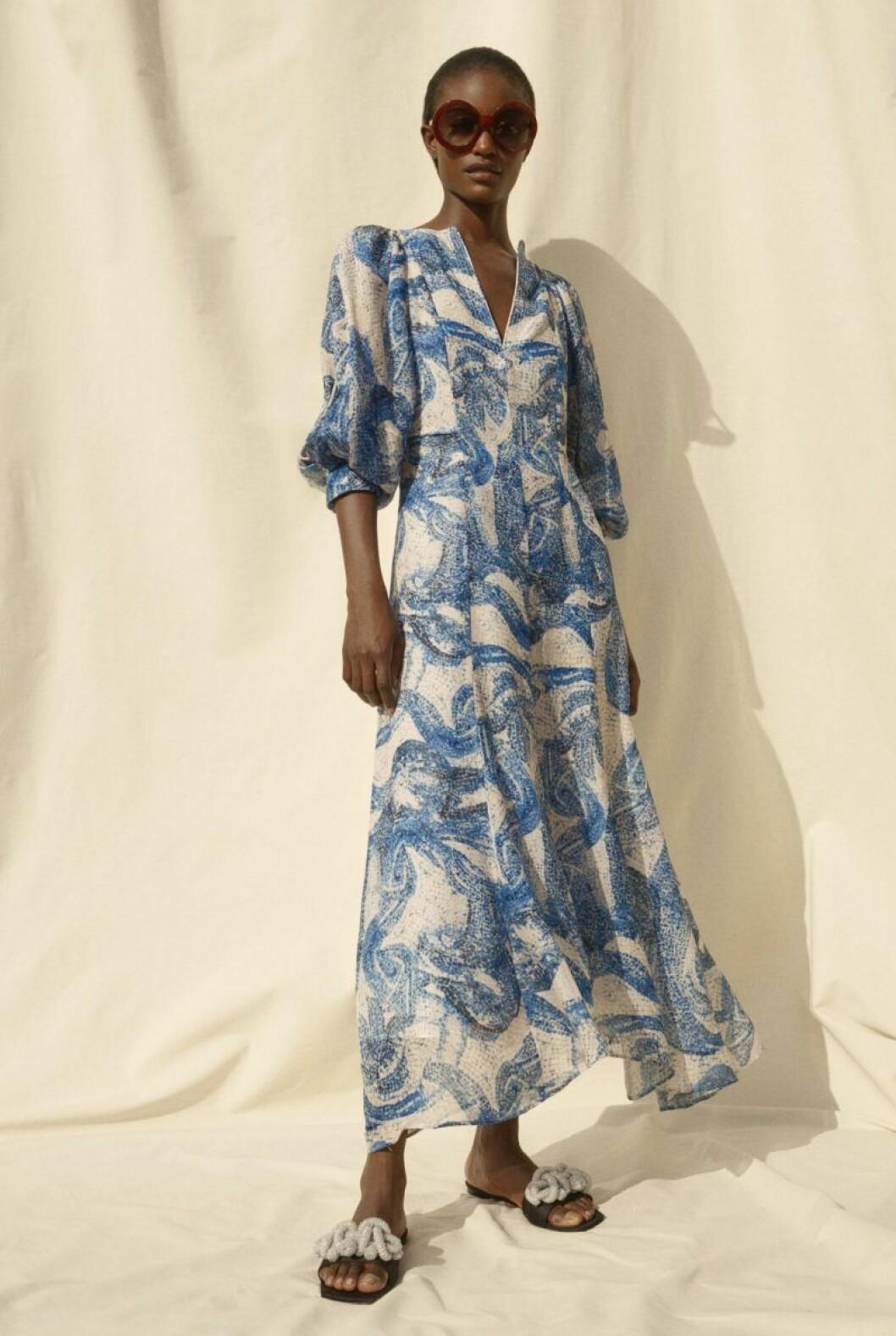 H&M conscious exclusive SS20 blå klänning svarta sandaler