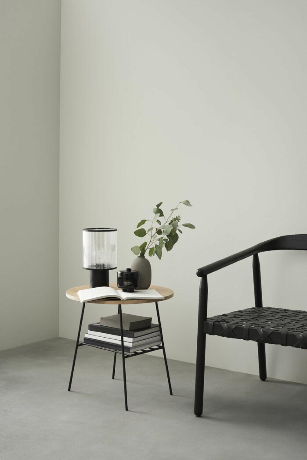 Svart karmstol och sidobord i trä med svarta stålben från H&M Homes mäbelkollektion våren 2109