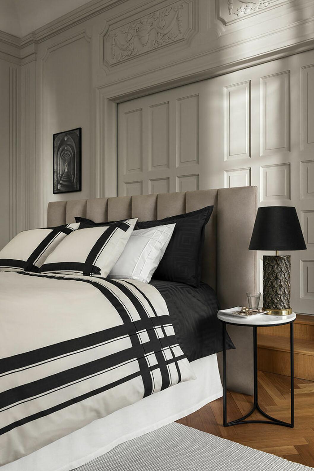 Svartvitt och stilrent i det eleganta sovrummet med hotellkänsla hos H&M Home