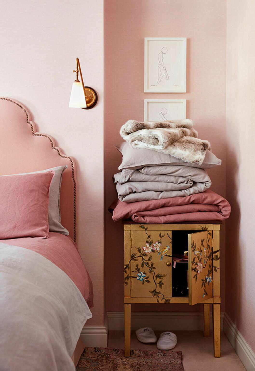 Poppy Delevingnes sovrum går i ljusrosa toner