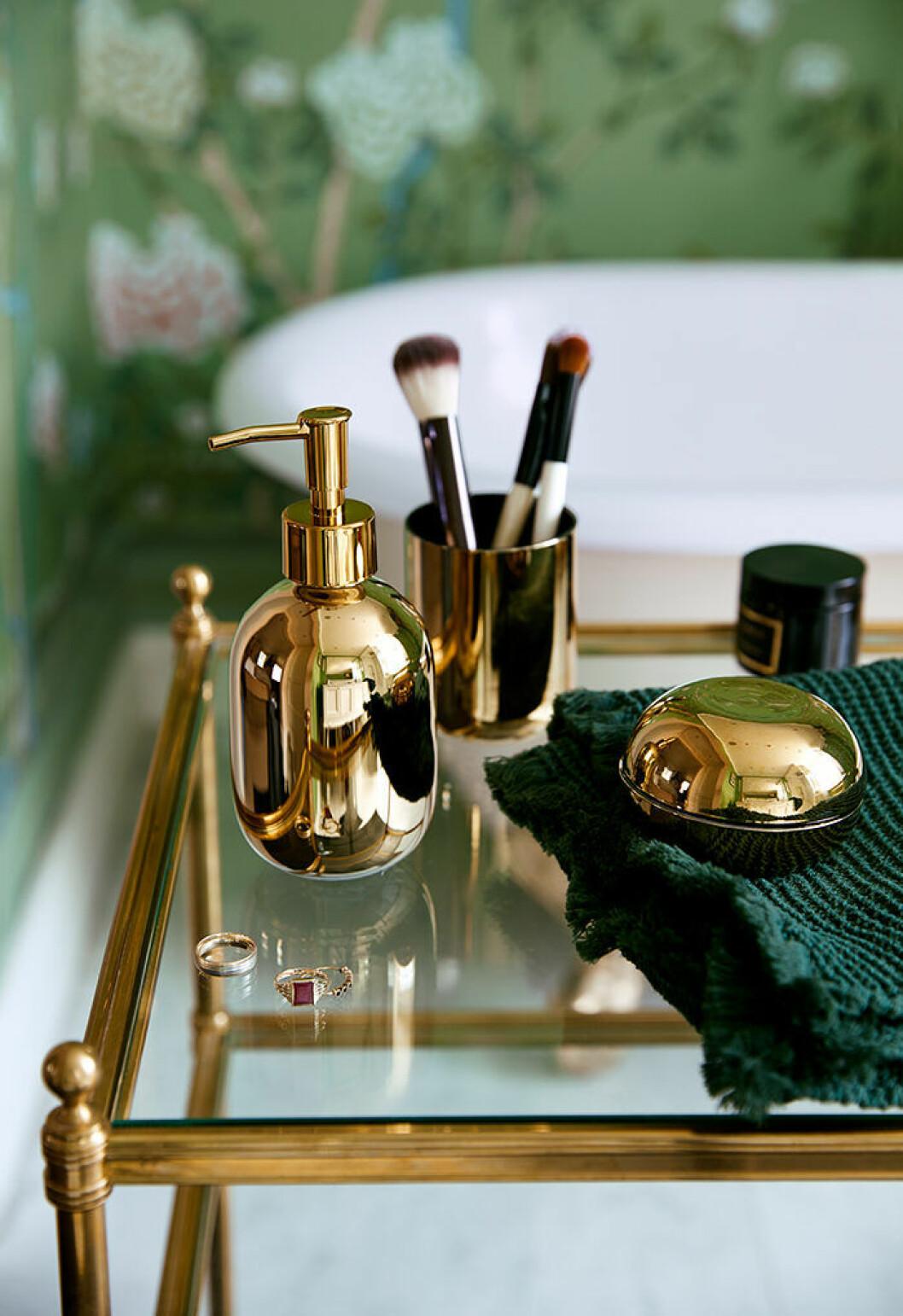 Badrummet går i grönt med detaljer i mässing från H&M Homes höstkollektion