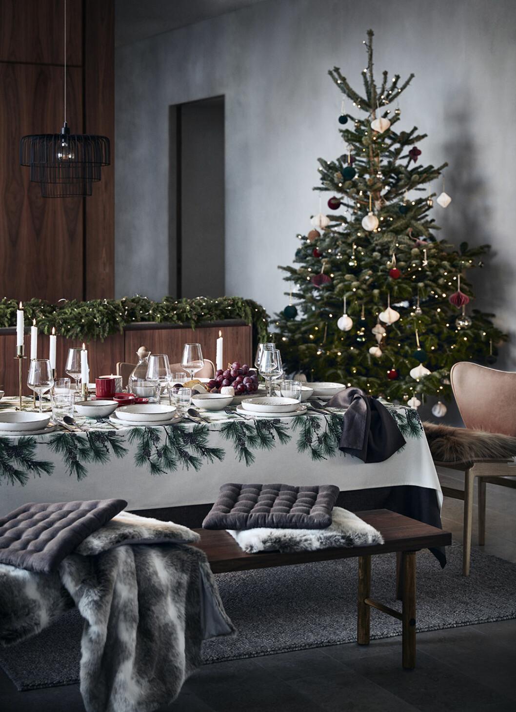 Dukat bord med julens dekorationer i grönt och vitt i rustik stil