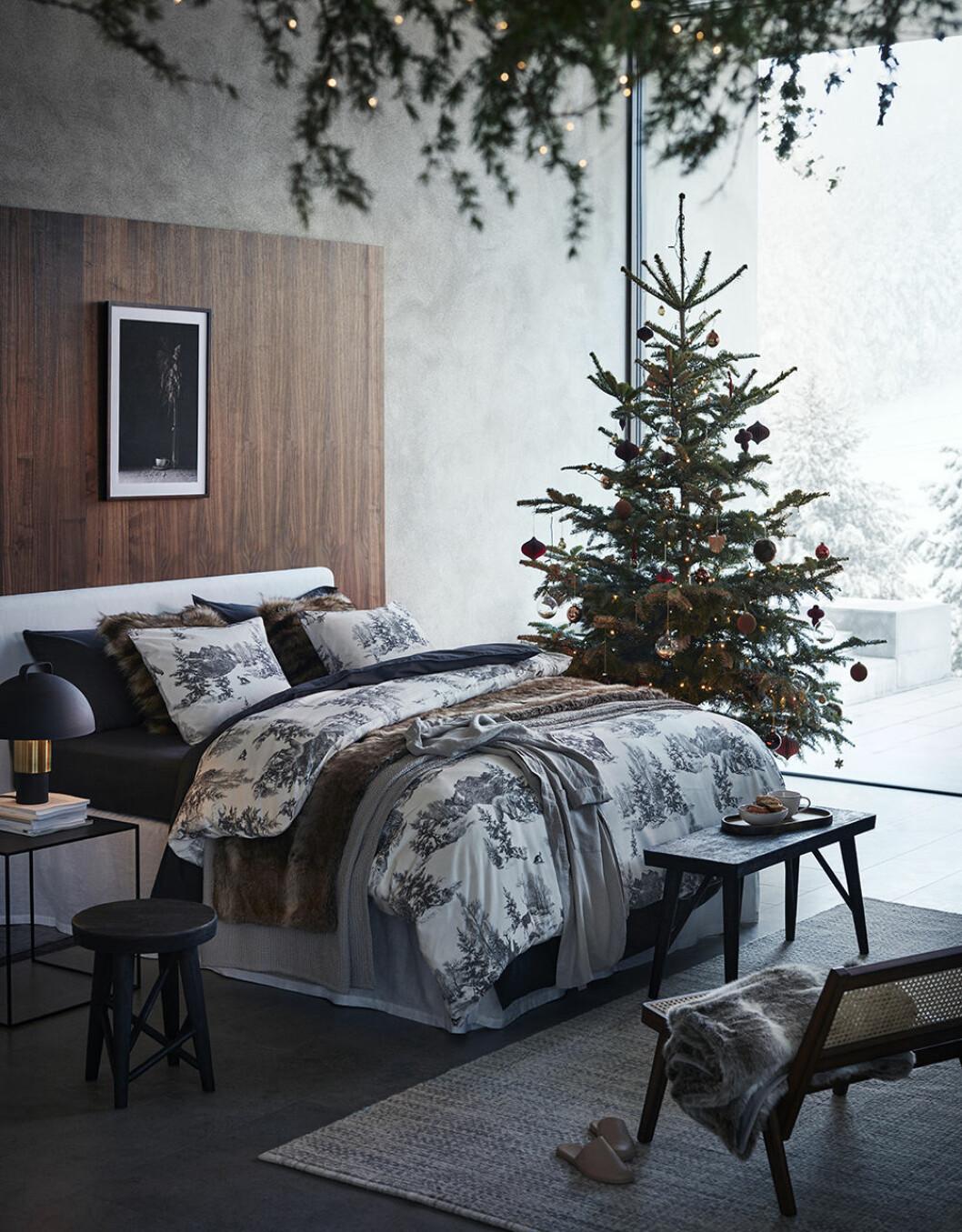 Rustikt och ombonat i sovrummet hos H&M Home i jul