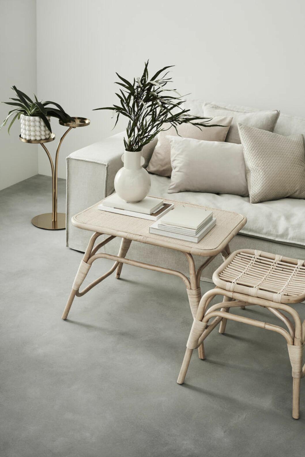 Inredning i rotting och mässing från H&M Homes nya möbelkollektion