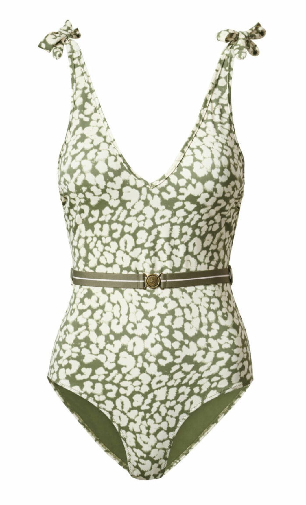 H&M släpper badkollektion med Love Stories – grön mönstrad baddräkt med skärp i midjan