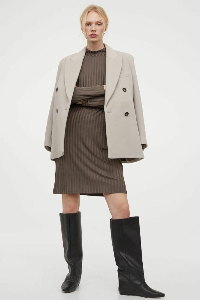 outfit med ribbad klänning, beige kavaj och knähöga stövlar