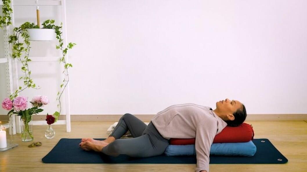 Johanna Ljunggren gör yogapositionen höftöppnare med stöd