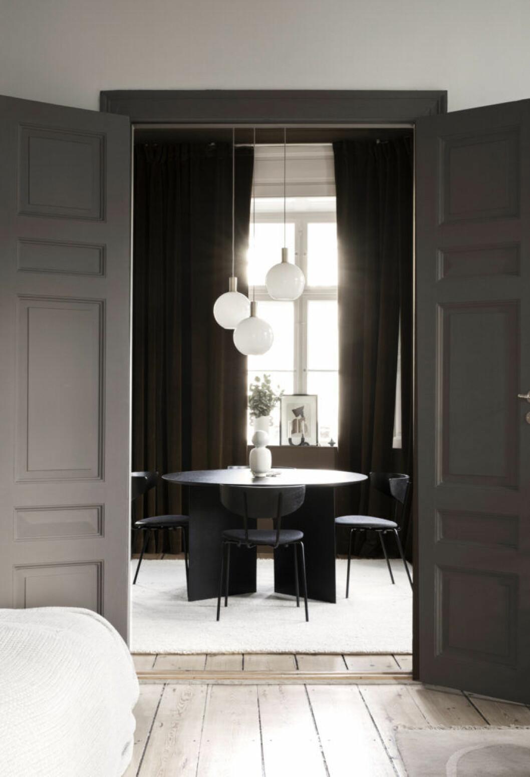 Att måla en dörr och listerna i en färg som poppar är ett enkelt sätt att göra rummet minnesvärt