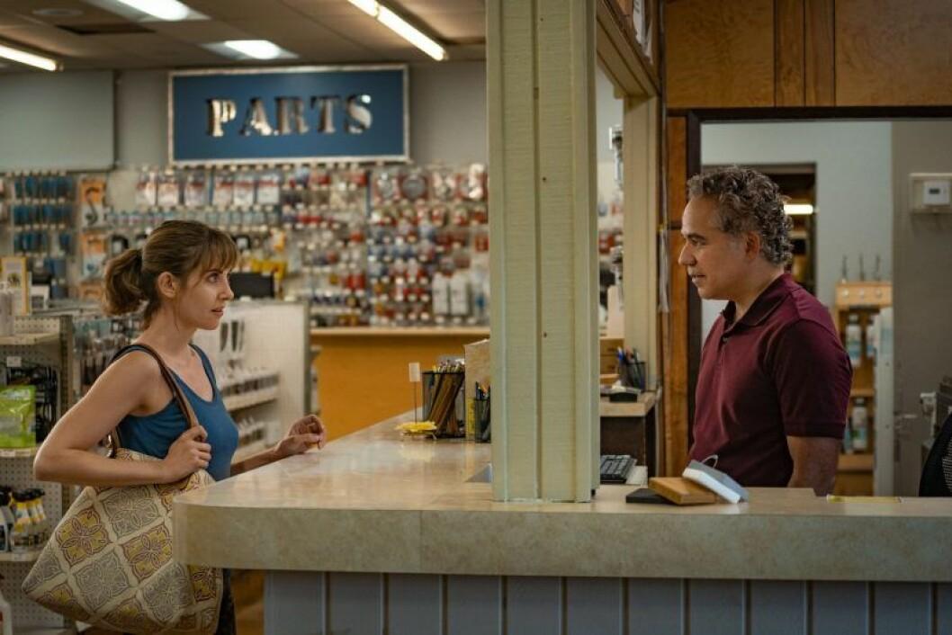 En bild på skådespelerskan Alison Brie i filmen Horse Girl.