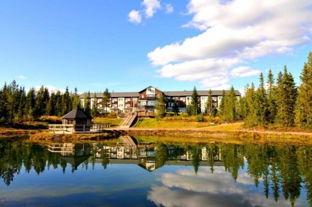 Vy från sjön över Hotell Källan i Norsjö