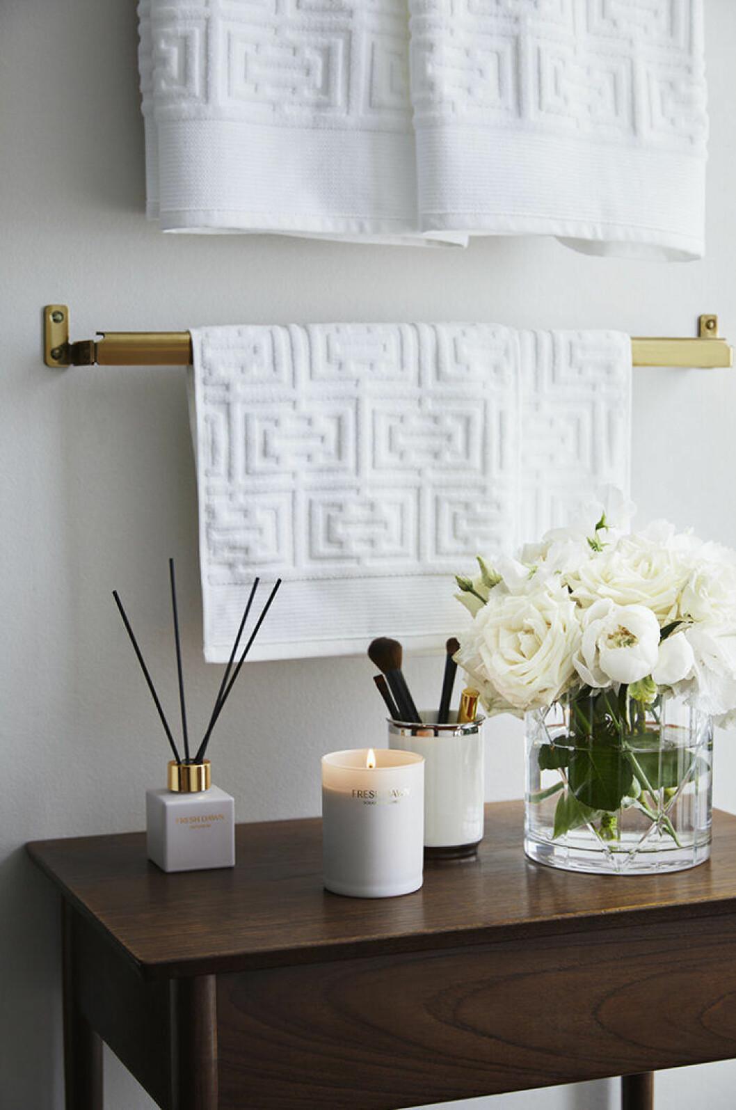 Spa- och hotellkänsla i badrummet med doftpinnar och doftljus