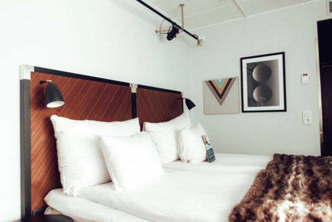 Stilrent och tidlöst hotellrum i neutrala färger