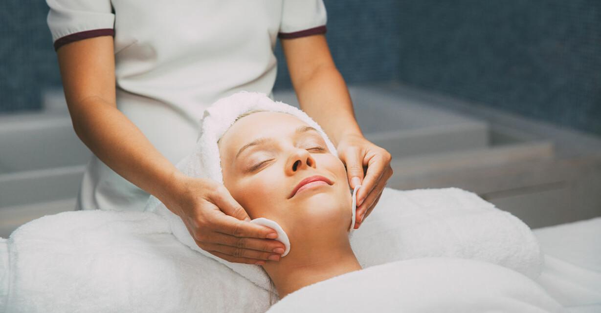 kvinna får en ansiktsbehandling