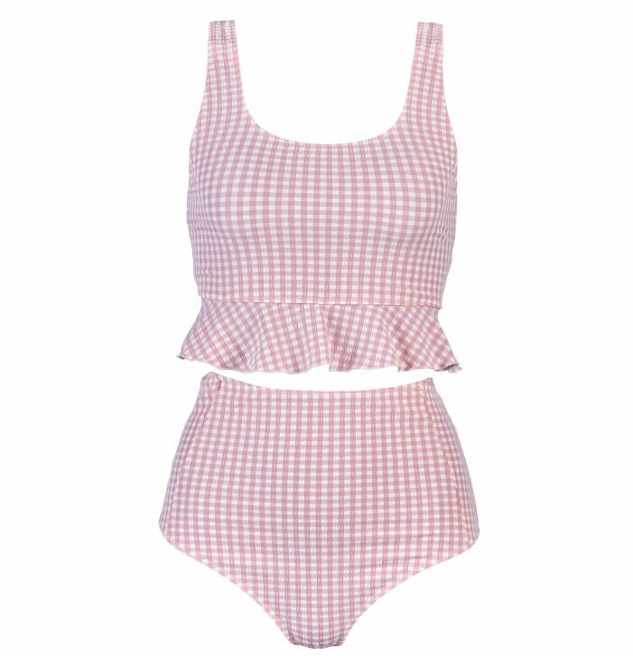Rosa bikini med överdel som ser ut som en längre cropped top med volang nertill. Trosor med hög midja. Rosa- och vit rutigt. Bikini från Ia bon.