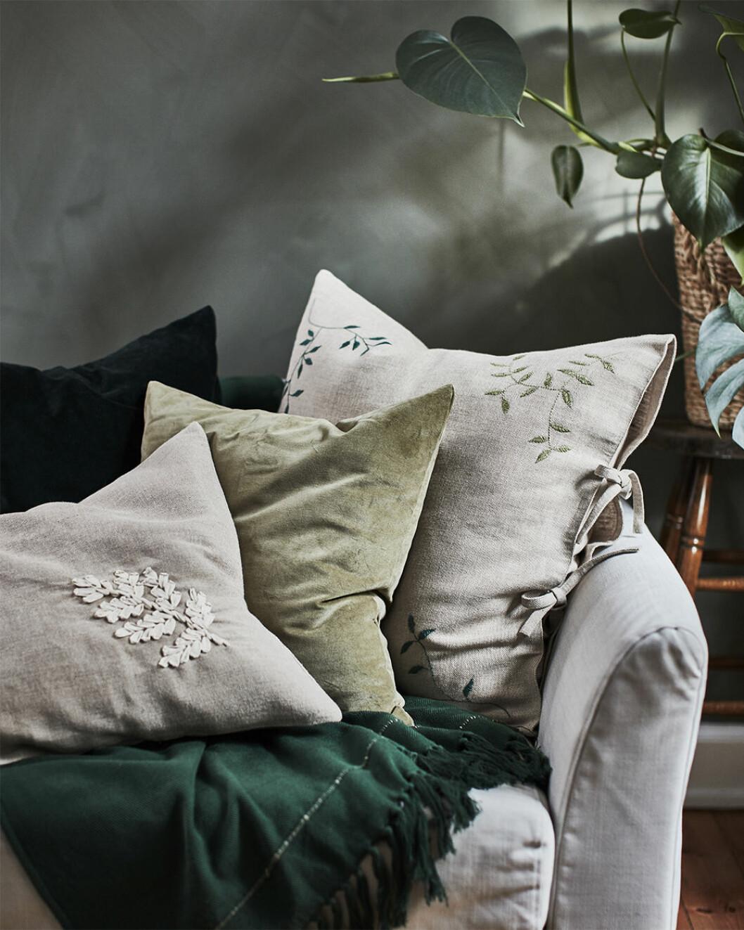 Broderade kuddar från Ikeas kollektion Botanisk
