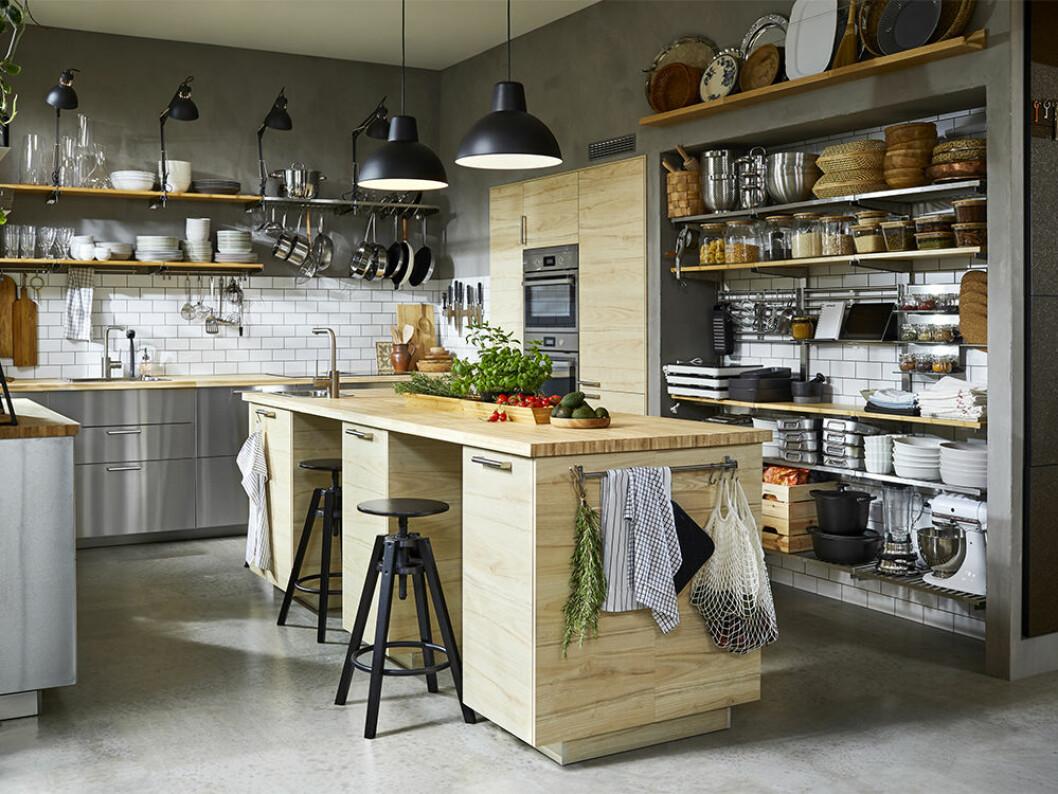 Ljust träkök i Ikea-katalogen 2021