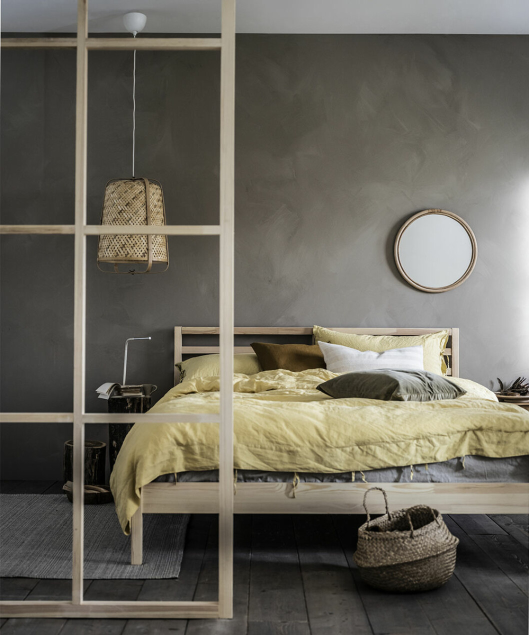 Harmoniskt sovrum med säng i furu från Ikea