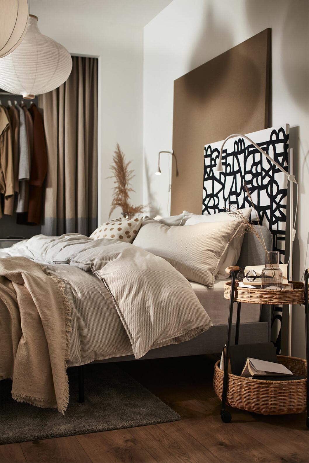 Vackert inrett sovrum i beige och brunt i Ikea-katalogen 2021
