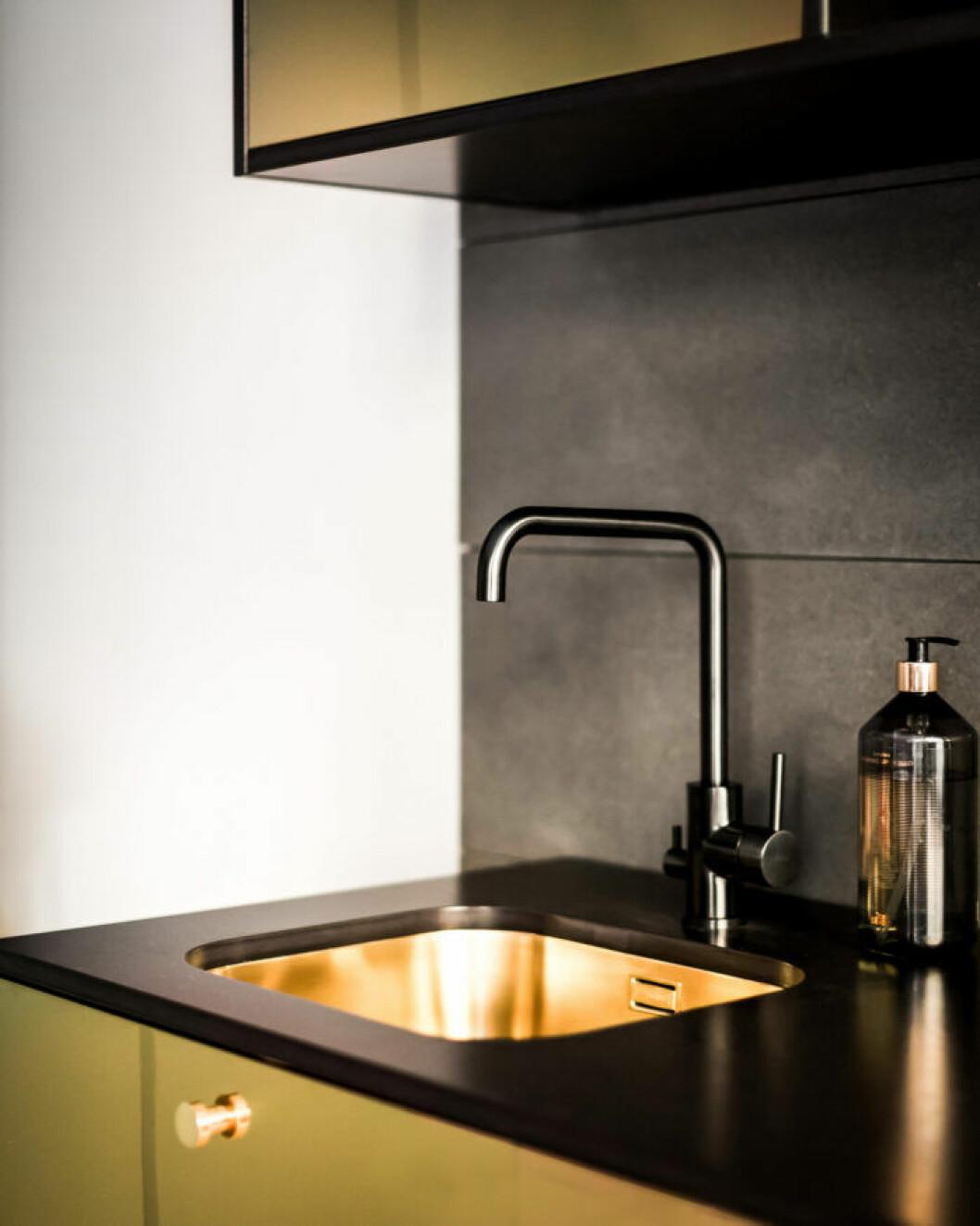 Guld och granit i köket från Picky living och Triss