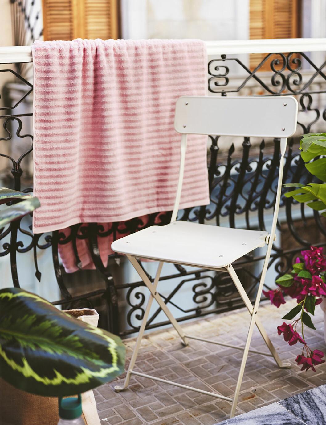 Balkongmöbler och handduk från Ikea sommaren 2020