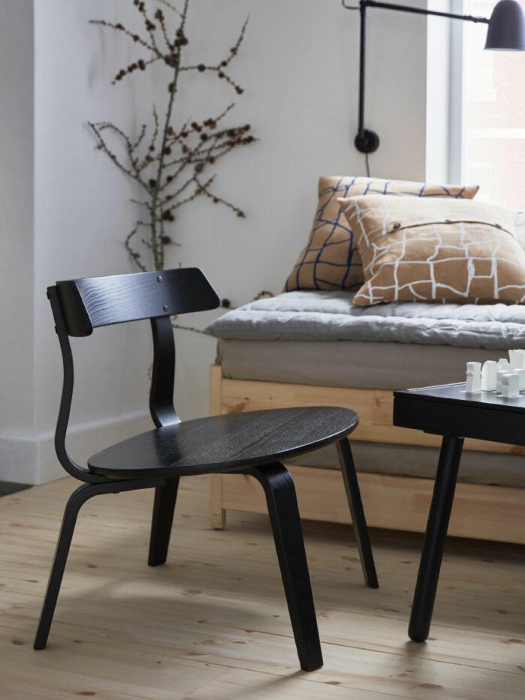 Fåtölj i svart trä från Ikea julen 2019