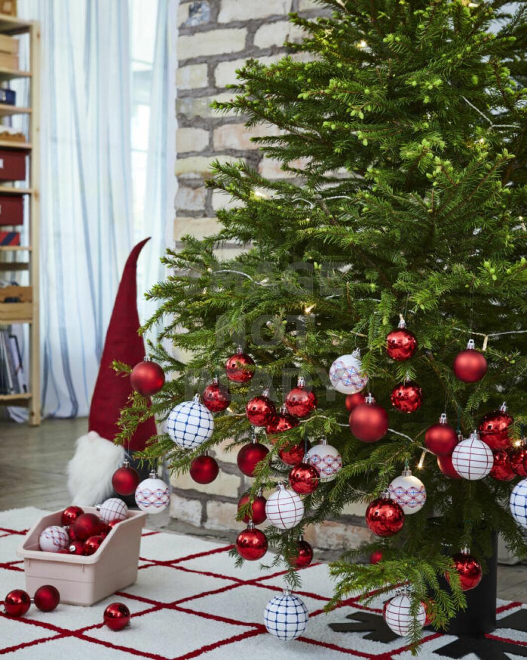 Julgransdekorationer i rött och vitt