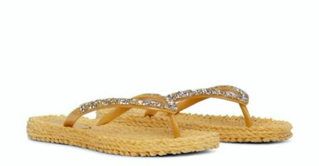 Gula flip-flops i plast med glitterdetaljer. Flip-flops från Ilse Jacobsen.