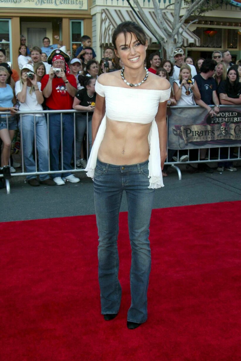 Keira Knightley med ett par riktigt lågt skurna jeans.