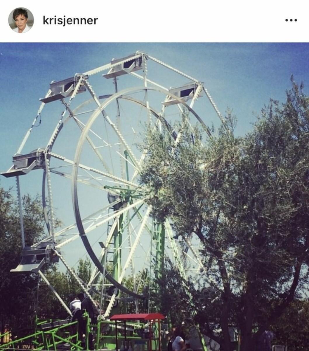 Ett pariserhjul mot blå himmel och lite träd