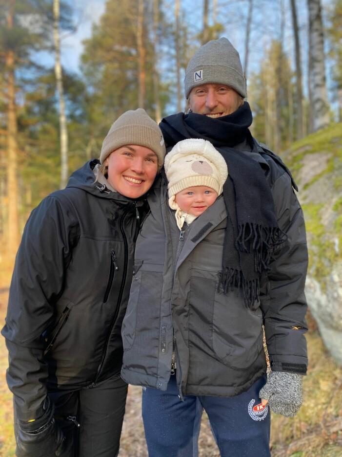 Matilda Ambré, Oscar Sund och deras son Nikolai på skogspromenad.