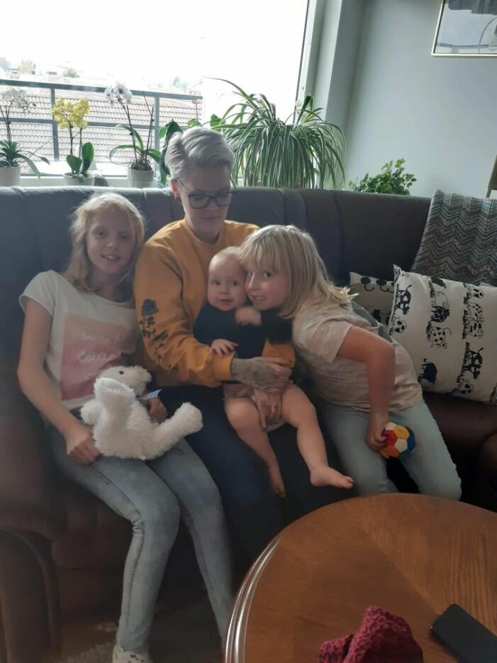 Caroline med sina tre döttrar hemma i Sköldinge.