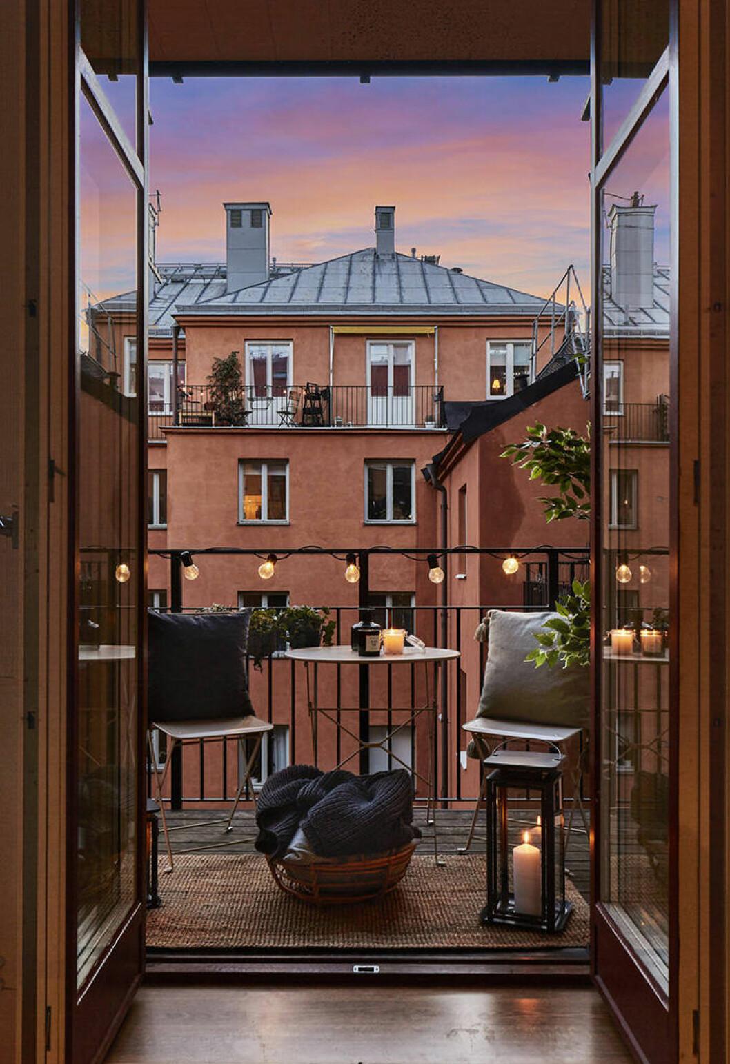 Mysig skandinavisk balkong med belysning