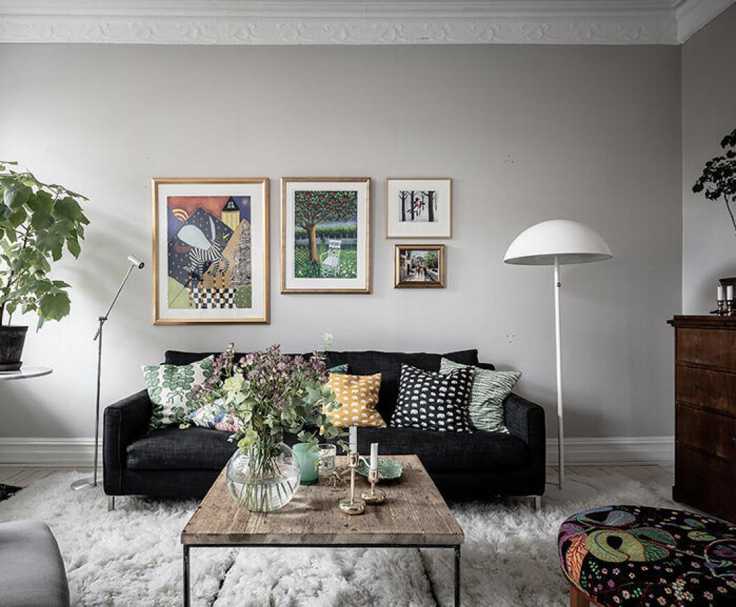 Mixa mönster i textilierna – här i vardagsrum med textilier från Svenskt Tenn
