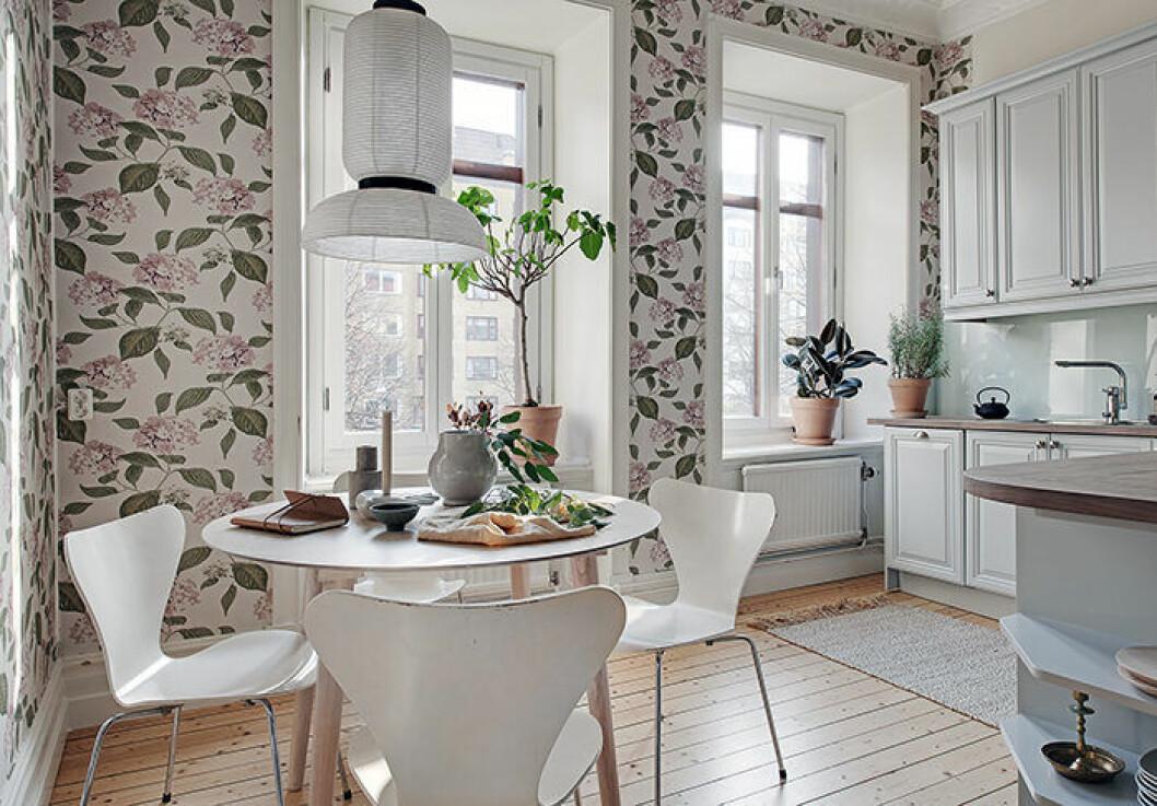 Inred med blommiga tapeter för sommarkänsla i hemmet
