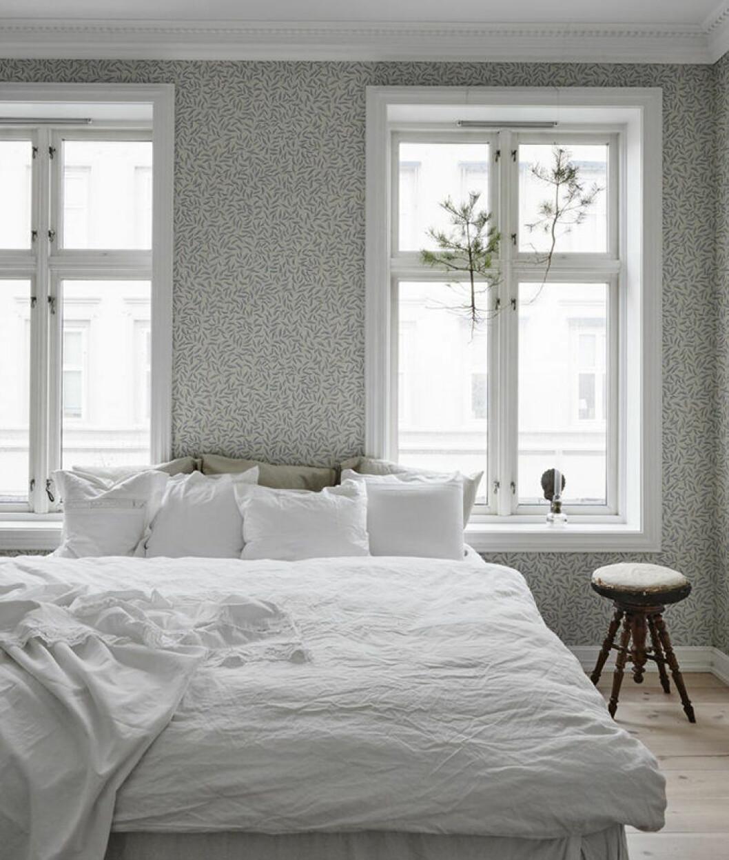 Småbladig tapet i sovrummet från Sandberg Wallpaper