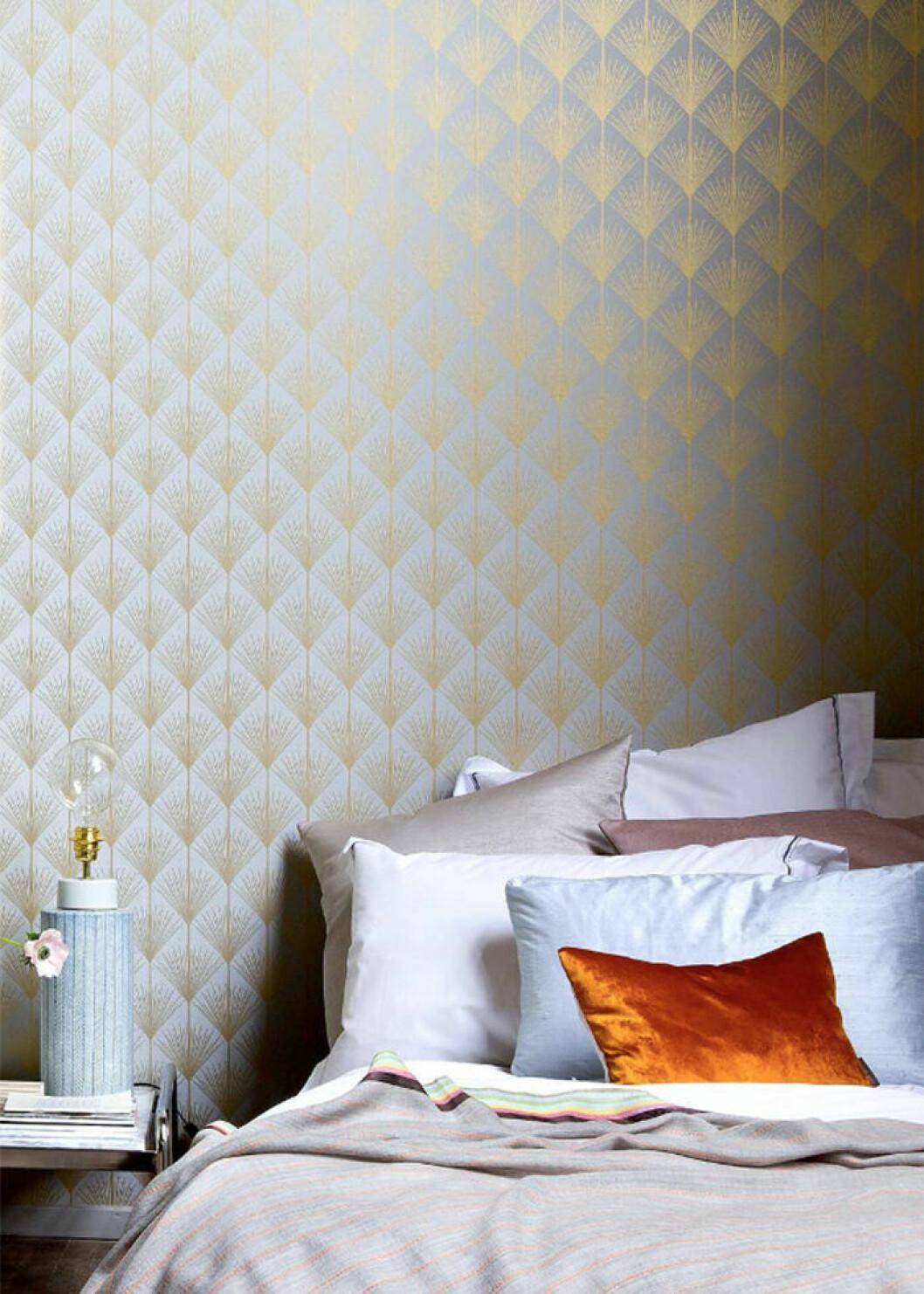 Sätt guldkant på sovrummet med en tapet med detaljer i guld