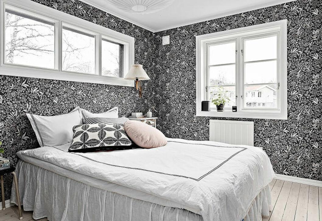 Svartvit tapet i sovrum – snyggt och grafiskt