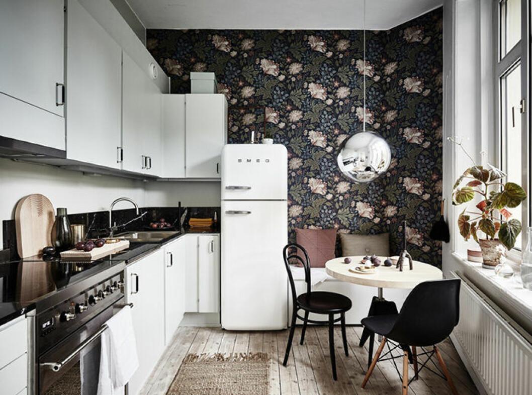 Blommig tapet i köket i skandinaviskt hem