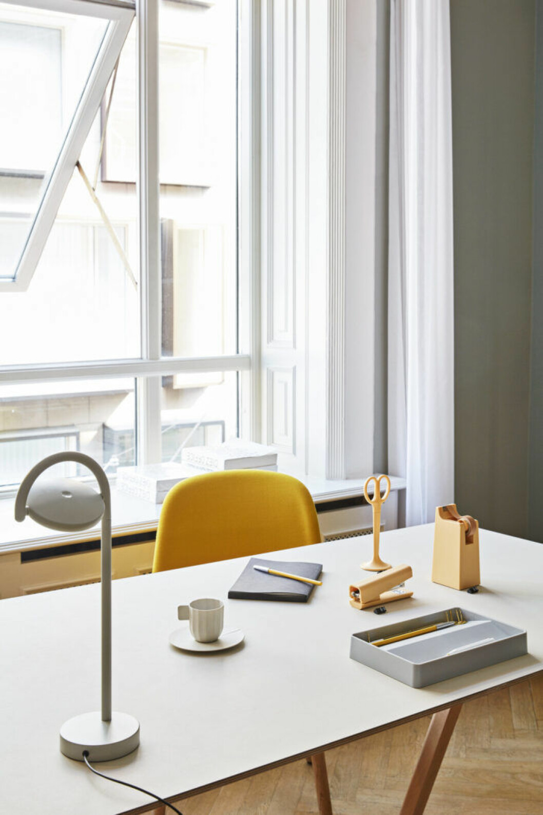 Inred en arbetsplats eller pysselhörna vid fönstret