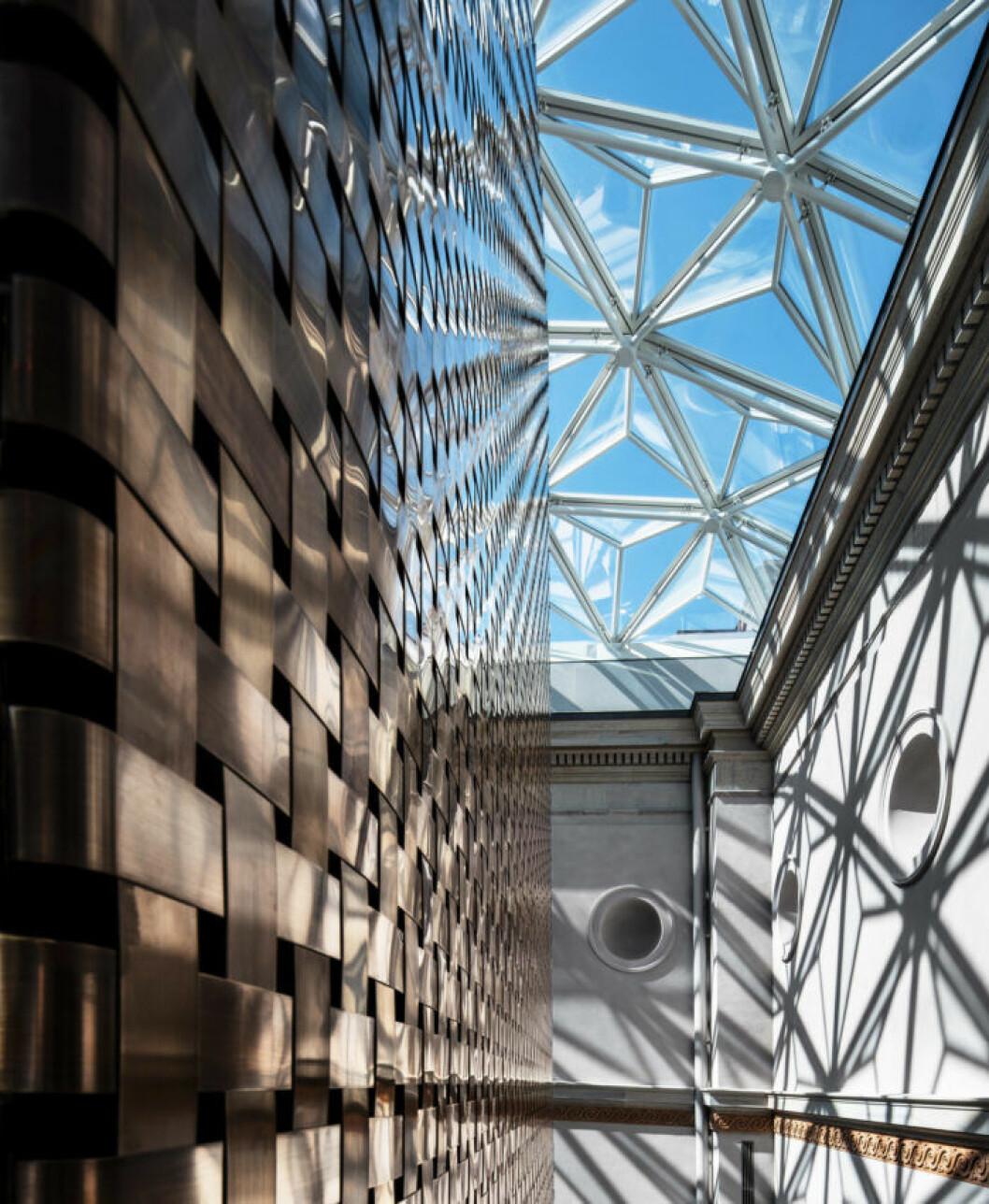 Bild inifrån ljusgården med det nya arkitektritade hisstornet. Foto: Bruno Ehrs.