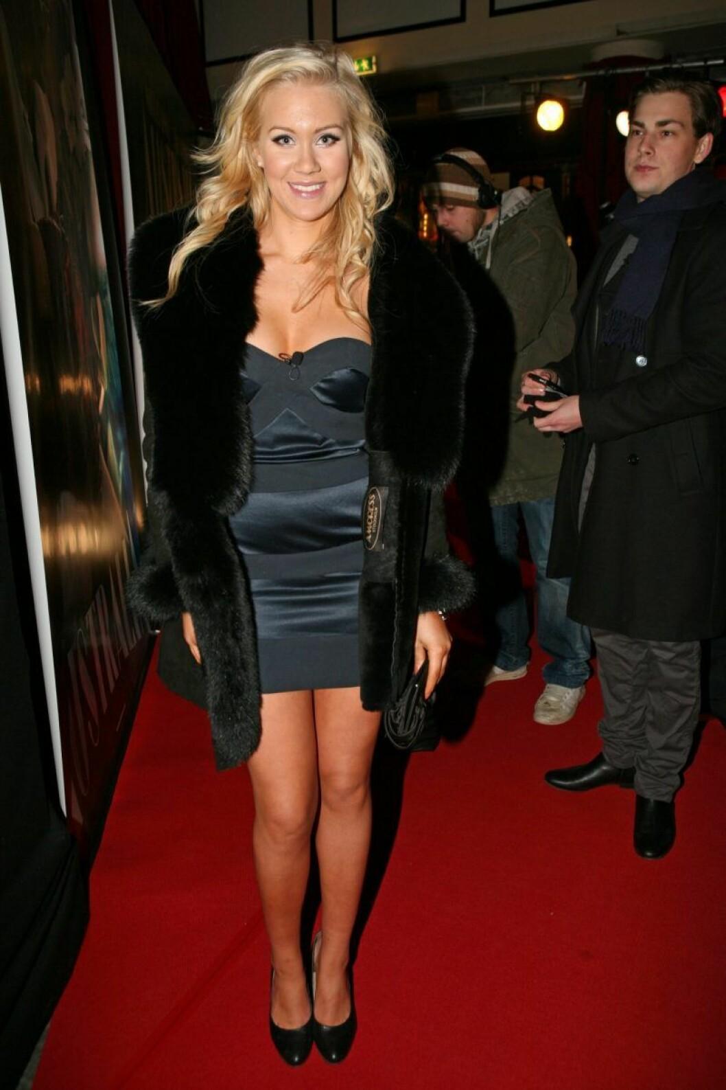 Isabella Löwengrip i svart klänning och svart pälsjacka