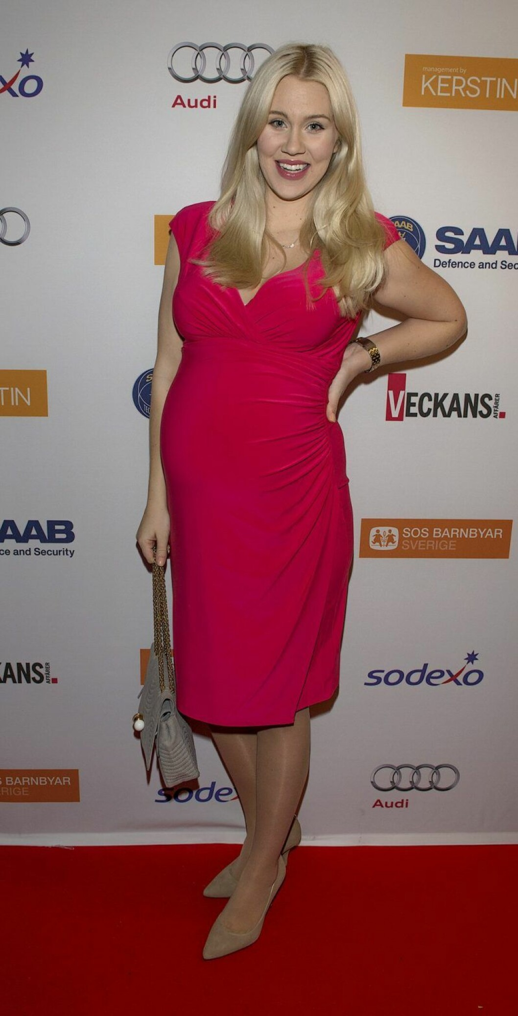 Isabella Löwengrip är gravid och har en rosa klänning